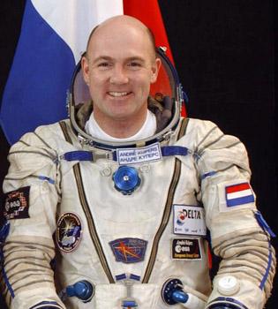 André Kuipers maakt zinloos ruimtesprongetje