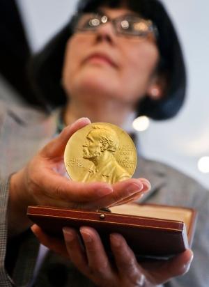 De Nobel-medaille van Crick (foto Nature)