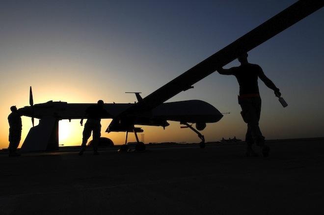 Een droon wordt klaargemaakt voor de vlucht in Irak in november 2007